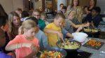 Leerlingen OBS De Duinroos koken voor eenzame ouderen uit eigen moestuin