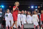 cabaretière Brigitte Kaandorp met 32-koppige cast van _Loes & Marlie_ tijdens SWAZ 2015 (Credits JSP Fotografie) (LR)