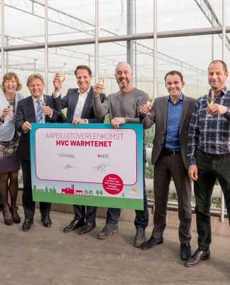 Gerry Sol (vice voorzitter OVAL), Melvin Tesselaar (bestuurslid Energie OVAL), Monique Stam (wethouder EZ/Duurzaamheid HHW), Jaap Bond (gedeputeerde EZ/Landbouw), Arjan ten Elshof (directeur Warmte HVC), Marcel Numan (NH Paprika en voorzitter OVAL), Dave Vlaming (Ontwikkelingsbedrijf NHN) en Rene Hogeveen (businessontwikkelaar warmte HVC)