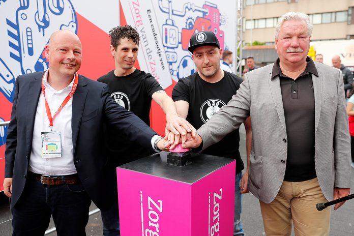 VLNR Peter van Maris (directielid Zorg van de Zaak), Barry Paf, Tycho (sfeergroep FC Utrecht), Chris (sfeergroep FC Utrecht), Frans van Seumeren (groot aandeelhouder FC Utrecht.