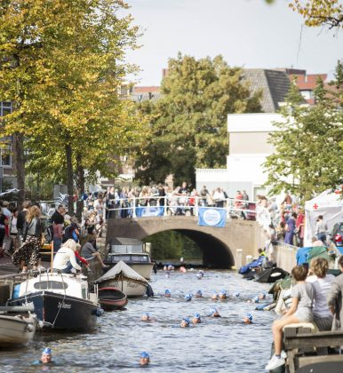 Swim to Fight Cancer Haarlem door Bakenessegracht (foto door Renata Jansen)