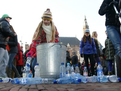 Dopper. Flashmob voor kraanwater Foto Ivar Waleveld