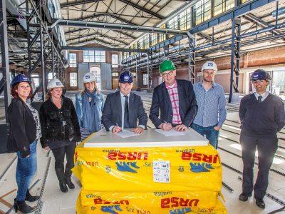 (Links midden) Piet-Hein Kolff, algemeen directeur van Port of Den Helder en (Rechts midden) Jan Fokkinga, directeur van De Kampanje tekenen partnerovereenkomst in bijzijn van collega's. Fotografie: Peter van Aalst .