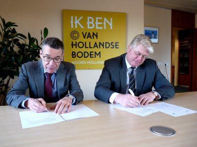 (vlnr) Thijs Pennink (directeur van NHN) en Erwin van den Berg (directeur Stivas) ondertekenden convenant.