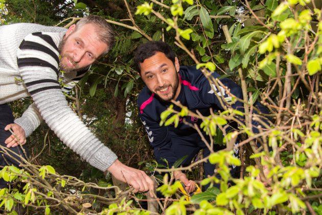 FC Utrecht speler Mark van der Maarl brengt verrassingingsbezoek mantelzorger Petrov uit Nieuwegein en helpt hem een handje.